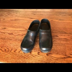 Dansko 38 (7.5-8) black clogs